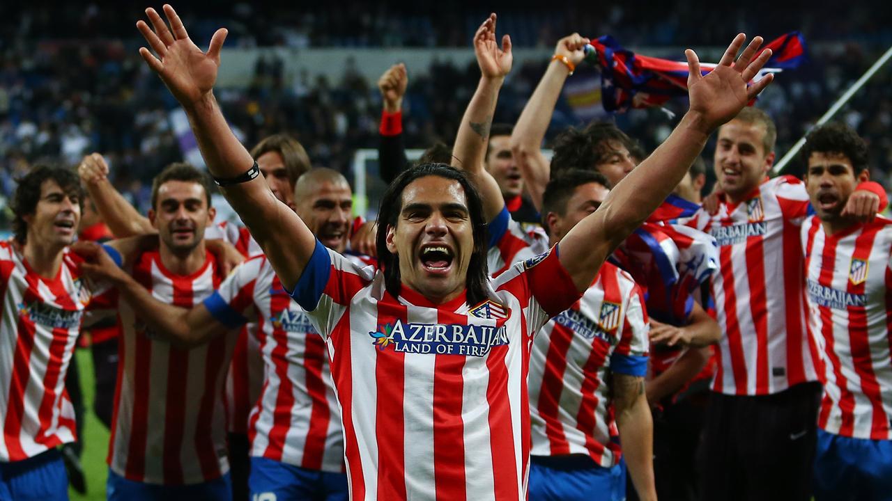Radamel Falcao García celebrando la obtención de la Copa del Rey con todos sus compañeros.