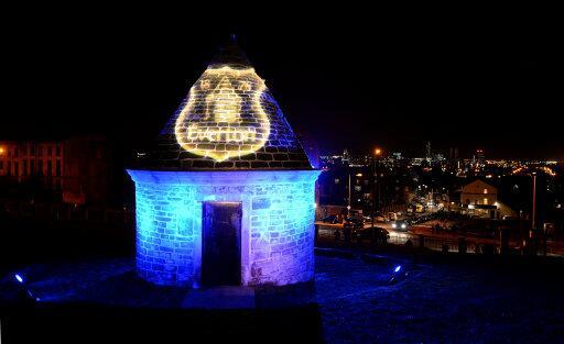 La torre iluminada con el azul y el escudo del Everton /Foto: Everton FC