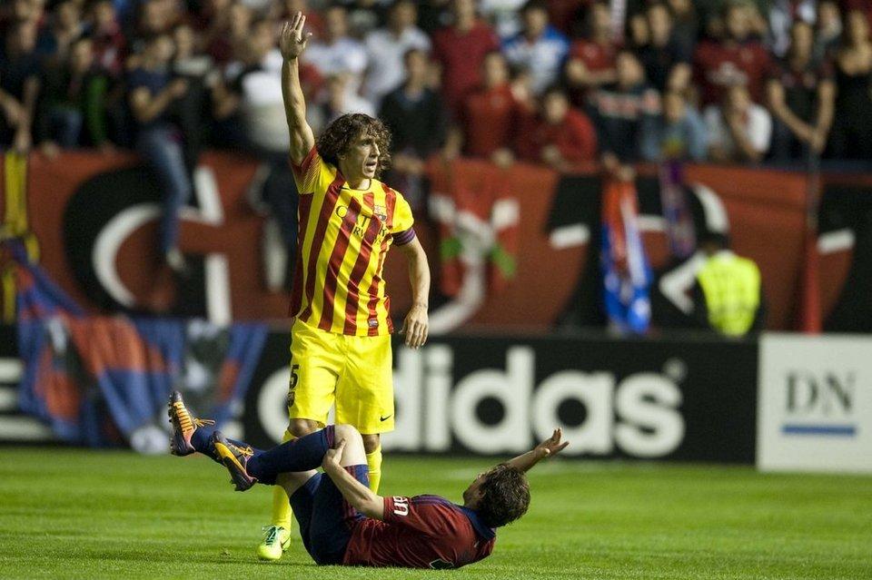 Carles Puyol y Sisi llaman a las asistencias tras producirse la lesión. Fotografía: Mundo Deportivo.