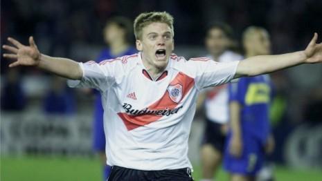 El central de River, Cristian Nasuti, corriendo gritando su gol. (Fuente: es.paperblog.com)