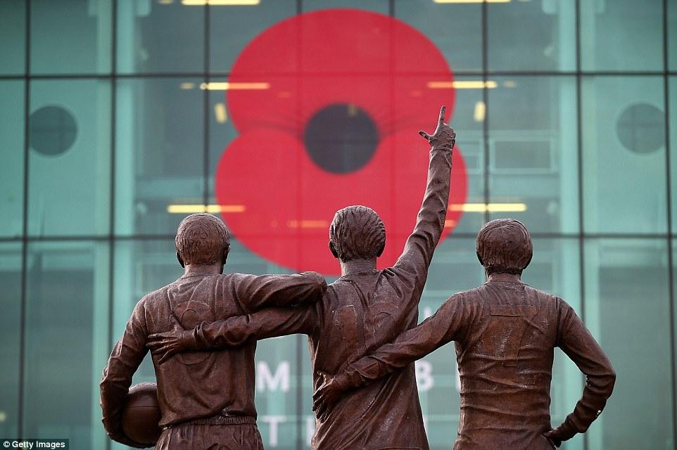 Fachada de Old Trafford durante el Poppy Day. Fotografía: Daily Mail.