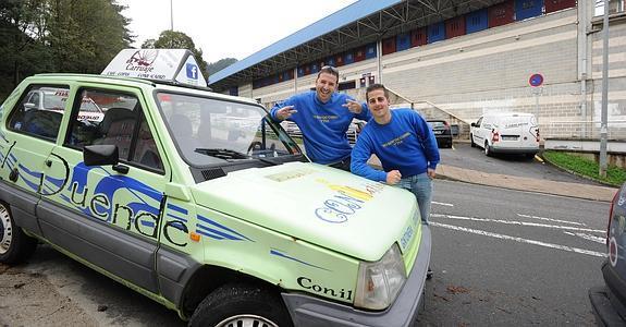 'Los niños del Panda' posan junto a su coche en Eibar. Fotografía: www.diariovasco.com.