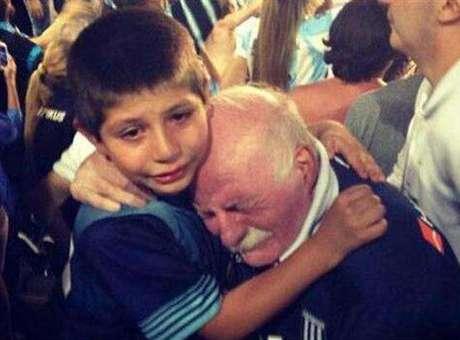 Abuelo y nieto emocionados por el campeonato.