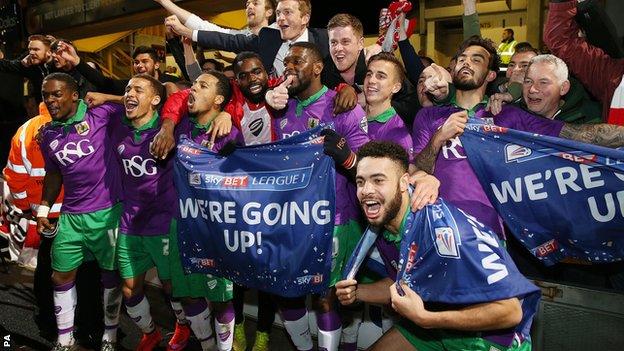 La plantilla del Bristol City celebrando su ascenso en el campo del Bradford. Foto: PA / BBC.