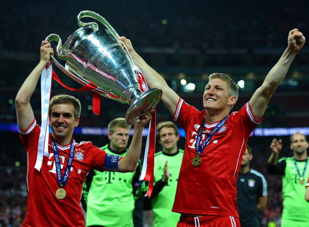 Schweinsteiger and Lahm lift the Champions League trophy.