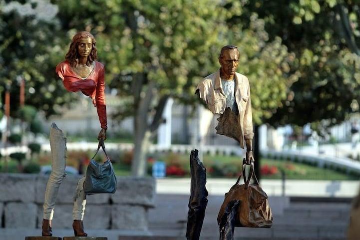 Escultura de los viajeros. Foto: Rai