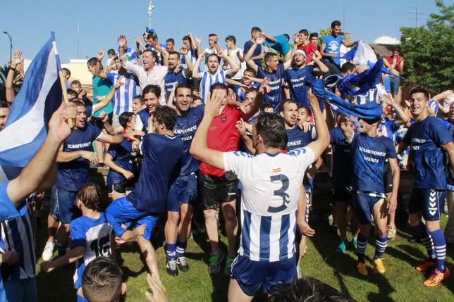 El Talavera celebrando el ascenso a 2ªB. (Foto: www.latribunadetalavera.es)