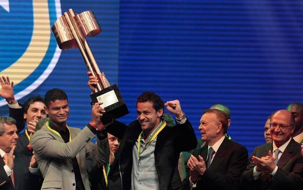 Ao lado de Fred, Gum levanta a taça do Brasileirão 2012 (Foto: Divulgação)