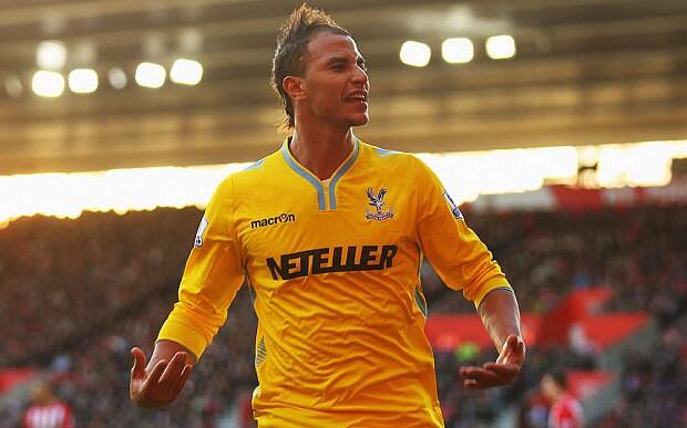 Chamakh celebra un gol con la camiseta del Palace
