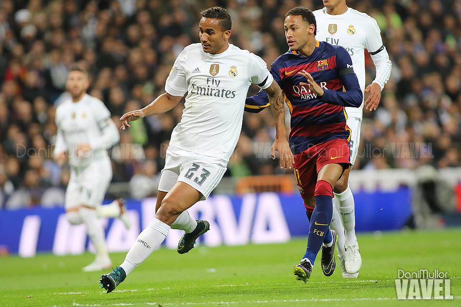 Danilo da un pase hacia atrás con la presión de Neymar