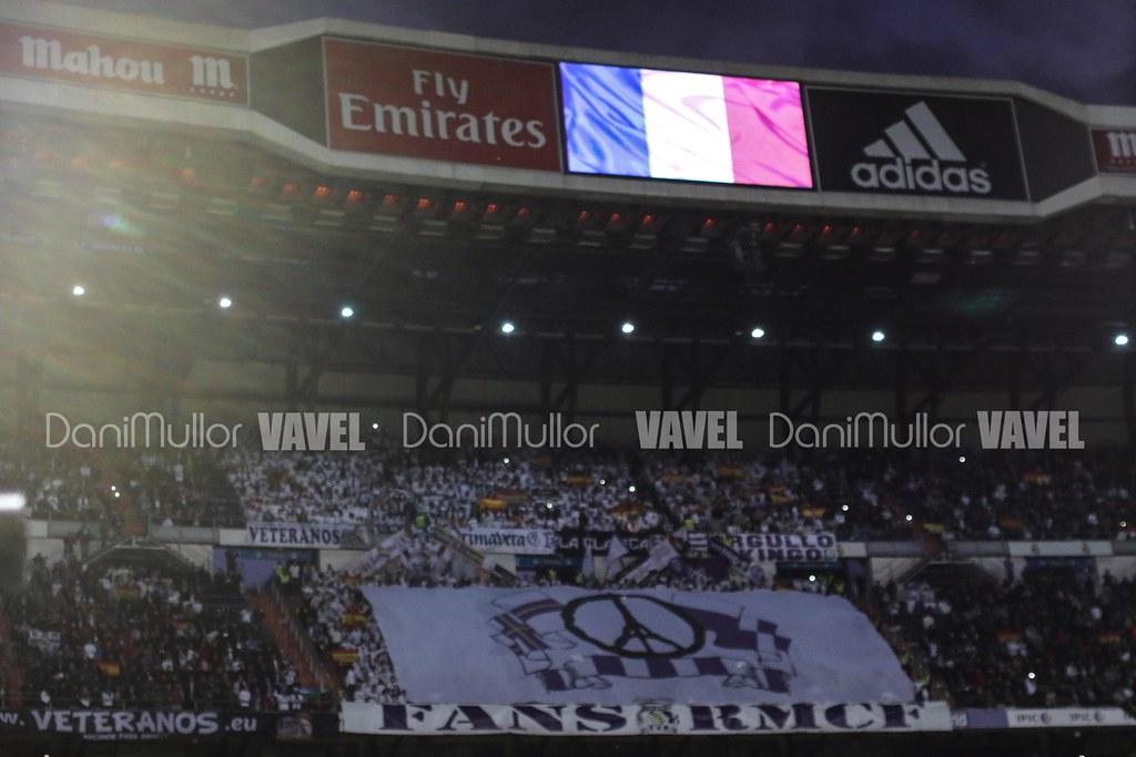 Mosaico de la grada fans en honor a las victimas de Francia