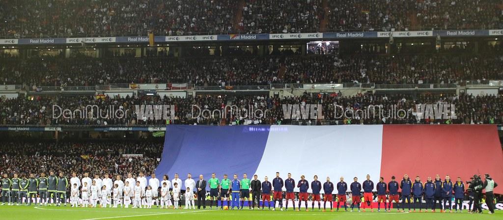 Ambos equipos posan junto a la bandera de Francia