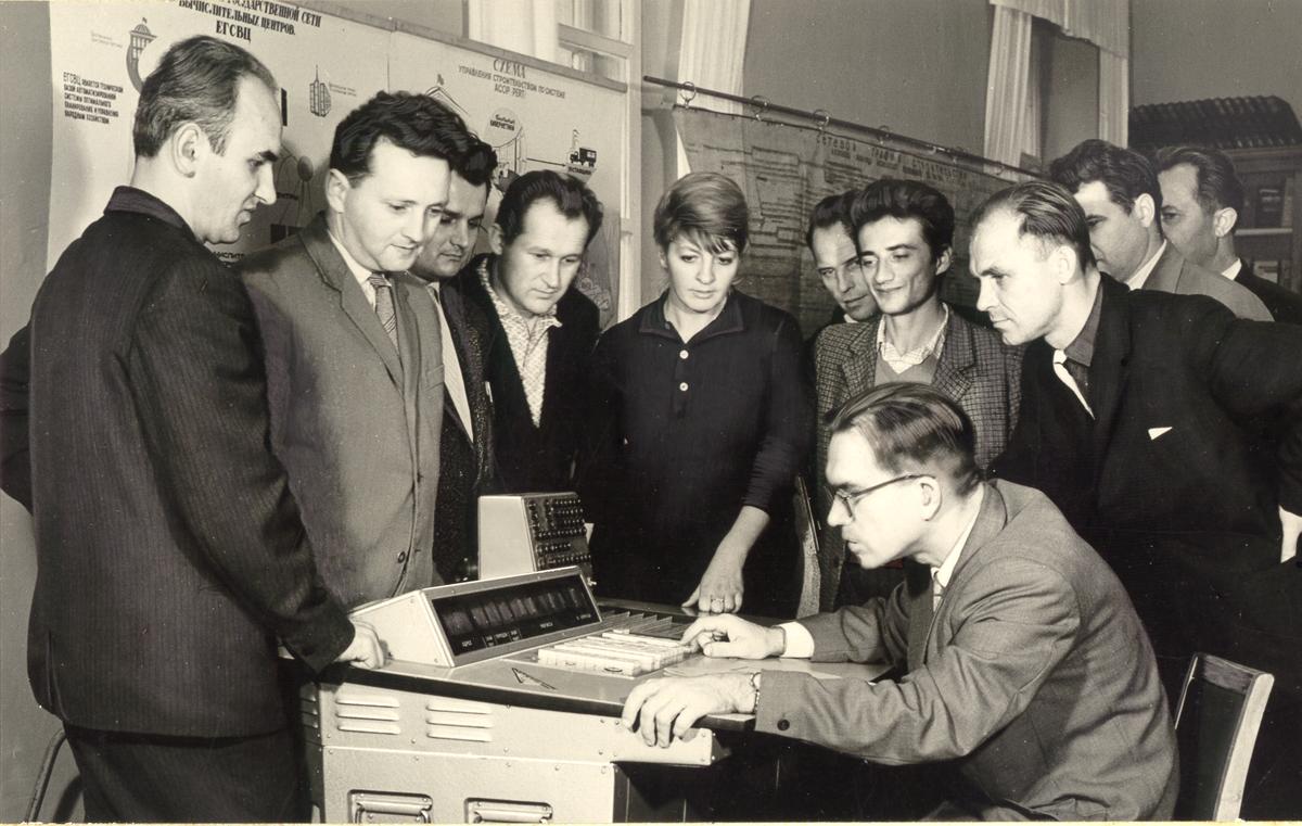 Glushkov, sentado, e sua equipe enquanto desenvolviam seus estudos no Instituto de Cibernética em Kiev (Foto: uacomputing.com)