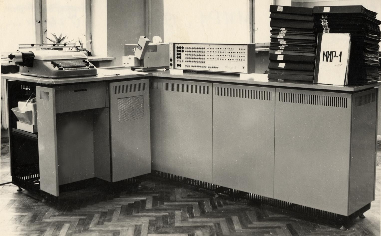 MIR-1, protótipo do primeiro computador pessoal criado pela equipe liderada por Glushkov (Foto: uacomputing.com)