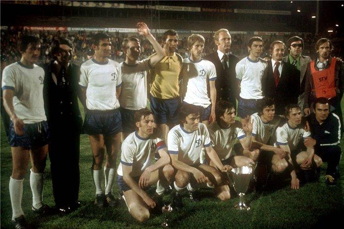 Dínamo de Kiev com o troféu da Recopa da Uefa em 1975 (Foto: Miroir du football)