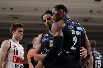 Legabasket - Trento ha il primo match-point: crollo Reyer nel quarto periodo