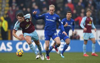 Pressato da Davies, Tarkowski lavora un pallone durante Burnley-Everton di oggi. | Everton, Twitter.