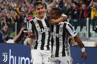 Paulo Dybala e Douglas Costa dopo il gol del 3-1 di oggi. | JuventusFC, Twitter.