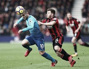 L'ex di giornata Jack Wilshere pressato da Fraser. | Arsenal FC, Twitter.