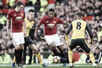 Antonio Valencia porta palla, chiuso da Ramsey, durante la gara d'andata fra United e Arsenal terminata sul risultato di 1-1. |