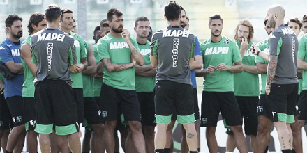 Il gruppo neroverde ascolta il mister Cristian Bucchi in questa foto. | sassuolocalcio.it