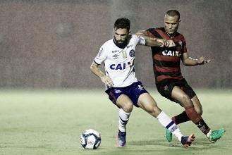 Em jogo nervoso do início ao fim, Vitória bate Bahia de virada e mantém tabu no Barradão