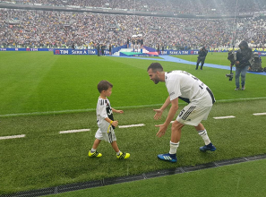 Miralem Pjanic con suo figlio Edin durante la premiazione di oggi.   JuventusFC, Twitter.