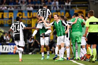 L'esultanza bianconera dopo il gol di Douglas Costa.   JuventusFC, Twitter.