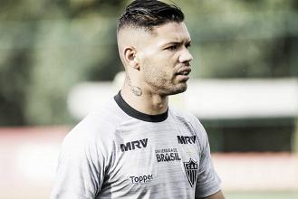 Fora dos planos do Atlético-MG, diretoria libera atacante Carlos para acertar com Paraná Clube