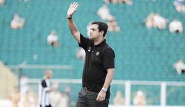Mesmo após primeiro triunfo na temporada, Marquinhos Santos diz que time ainda precisa evoluir