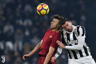 Andrea Barzagli e Stephan El Shaarawy durante un duello aereo all'andata.   JuventusFC, Twitter.