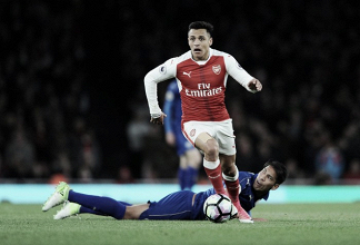 Ulloa sembra lamentarsi dello strapotere tecnico di Alexis Sanchez nei suoi confronti. | Arsenal FC, Twitter.