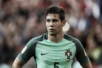 Jornais contradizem declaração de Raphael Guerreiro, e lateral pode seguir na Copa das Confederações