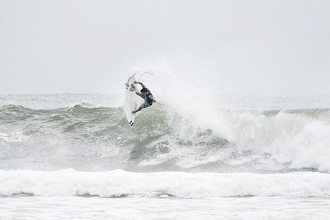 Estreia na elite! Griffin Colapinto derrota atual campeão mundial de surfe John John Florence