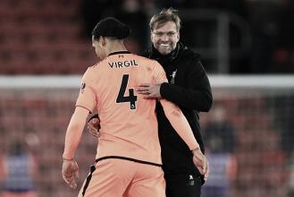 """Klopp destaca boa atuação do Liverpool e elogia Van Dijk: """"Lidou muito bem com a situação"""""""
