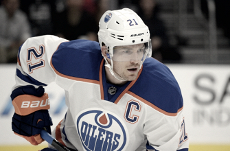 Andrew Ference cuelga los patines