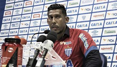 Aos 37 anos, goleiro Aranha é apresentado no Avaí