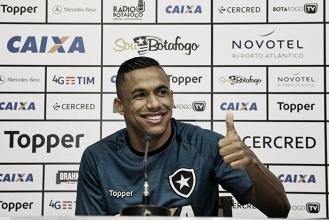"""Lateral do Botafogo, Arnaldo vive expectativa por renovação contratual: """"Falta assinar"""""""