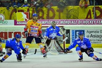 Una fase di gioco di Asiago - Cortina. Foto da asiagohockey.it