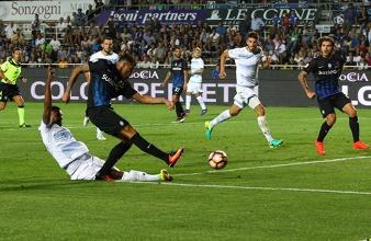 Uno scatto della rocambolesca partita d'andata tra Lazio e Atalanta, finita 4-3 per i biancocelesti