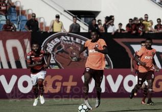 Com gol no começo e pênalti perdido do rival, Atlético-PR bate Atlético-GO fora de casa