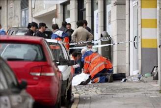 Una policía y un atracador mueren en el tiroteo del atraco a un banco de Vigo