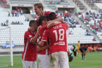 El Real Murcia supera las adversidades y golea al Marbella