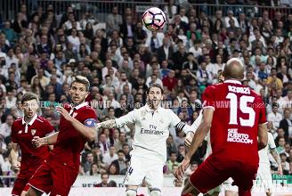Ramos observa el balón. Foto: Daniel Nieto (VAVEL)