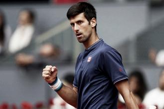 Djokovic sufre, pero gana