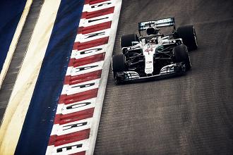 Hamilton vuelve a golpear con la ayuda de Mercedes