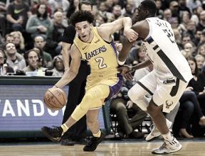 Lonzo Ball faz triplo-duplo mais jovem da NBA, mas não evita derrota dos Lakers contra Bucks