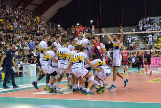 Volley M - L'Azimut Modena batte Perugia e l'aggancia al secondo posto della Superlega UnipolSai