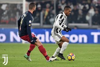 Serie A - La Juventus regola il Genoa con Douglas Costa