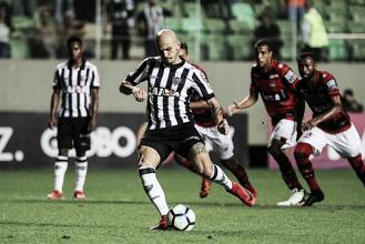 No Atlético-MG, Fábio Santos revive melhor fase e iguala números do auge no Corinthians